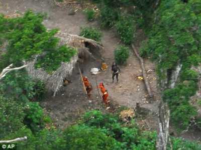 Foto Suku Amazon pedalaman amazon yang tertangkap kamera sedang mengarahkan panah ke arah pesawat pemotret