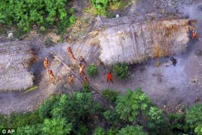 Suku Amazon sedang takjub melihat ke atas langit dimana pesawat sedang memotret mereka