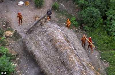 Lima orang suku amazon sedang melihat ke arah pesawat
